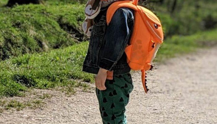image de Charly qui va à l'école